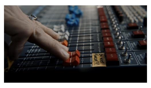 映画『ボヘミアンラプソディ』で音量ボリュームを上げるマイアミ・ビーチ